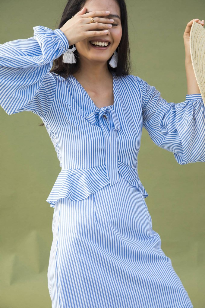 BLUE AND WHITE THIN STRIPED SHORT SUMMER DRESS WITH BUBBLE SLEEVES